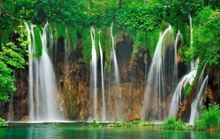Cascades dans le parc national Plitvice de Croatie