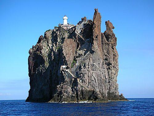 Le phare de l'île de Stromboli en Italie