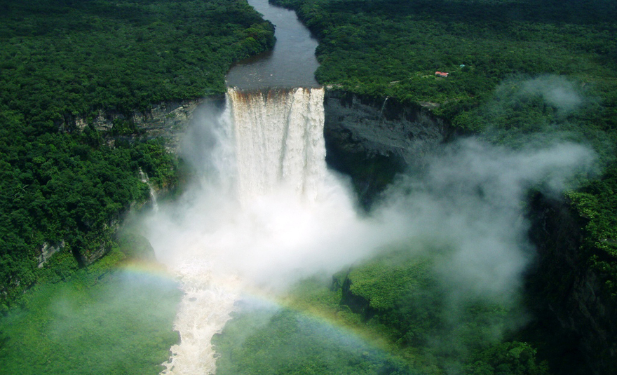 Les chutes de Kaieteur sur le fleuve Potaro en Guyane