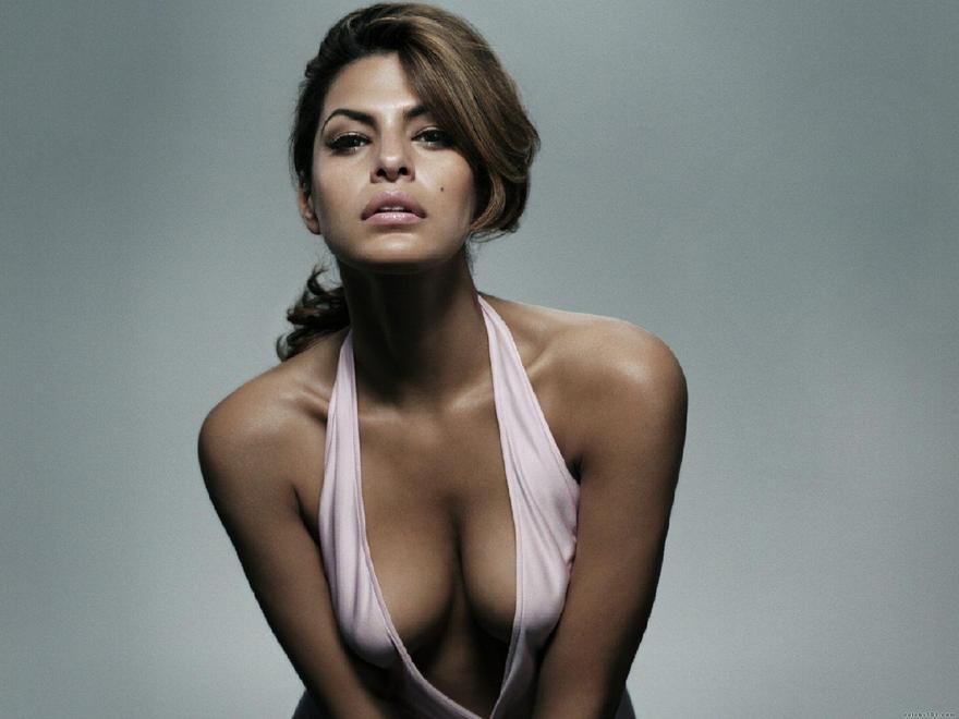 Les seins de Eva Mendes