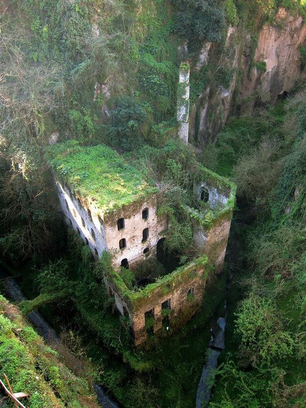 Un moulin abandonné en 1866 à Sorrente, Italie
