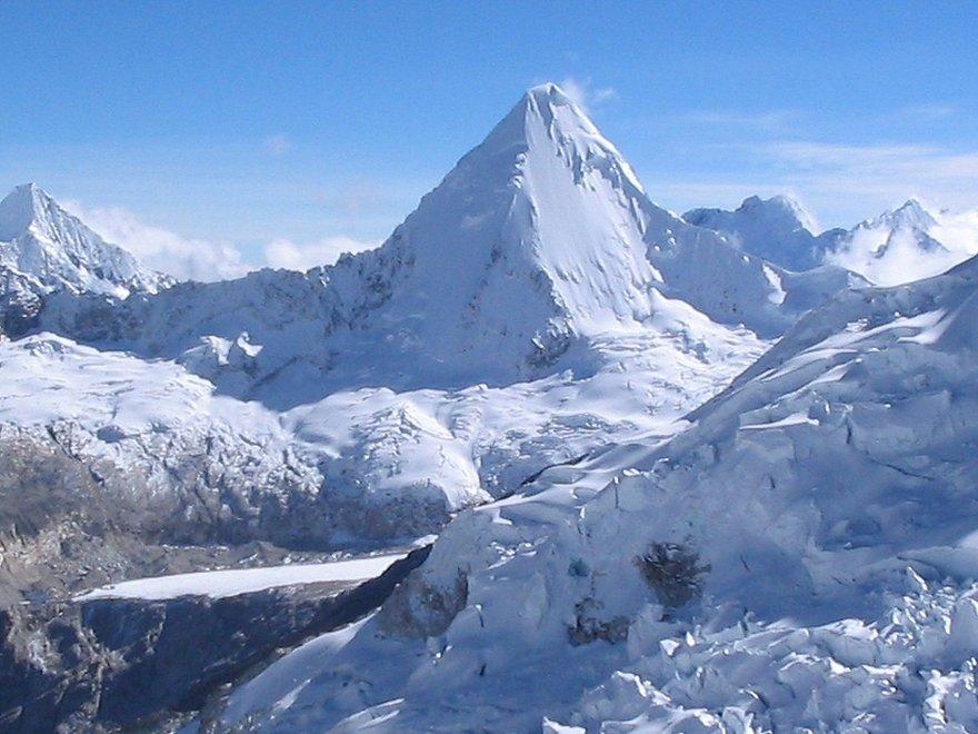 Le Nevado Alpamayo dans les  Andes péruviennes