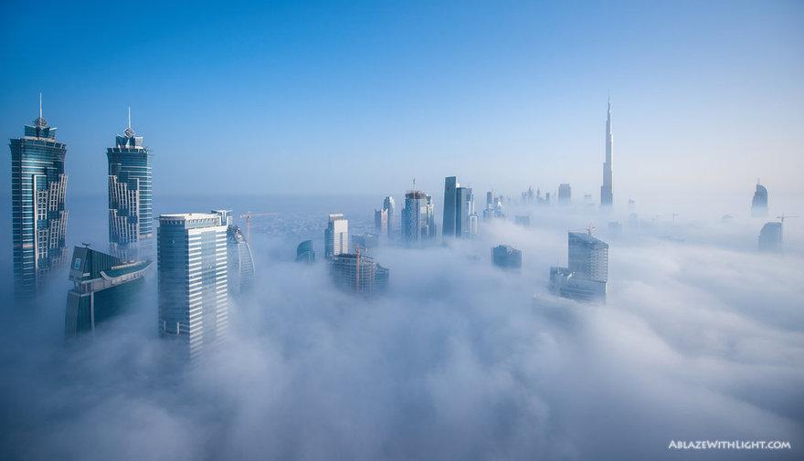 Ville de Dubaï au dessus des nuages