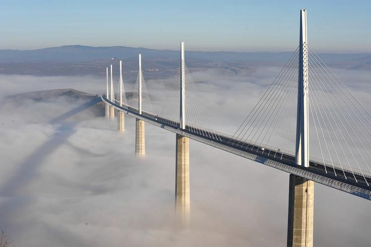 Viaduc de Millau au dessus des nuages