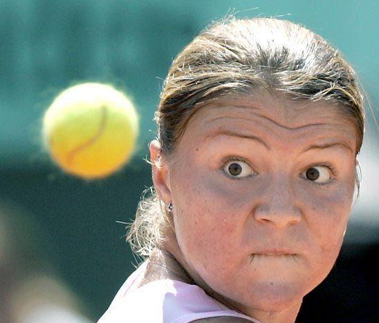 Concentration avec un retour de balle au tennis