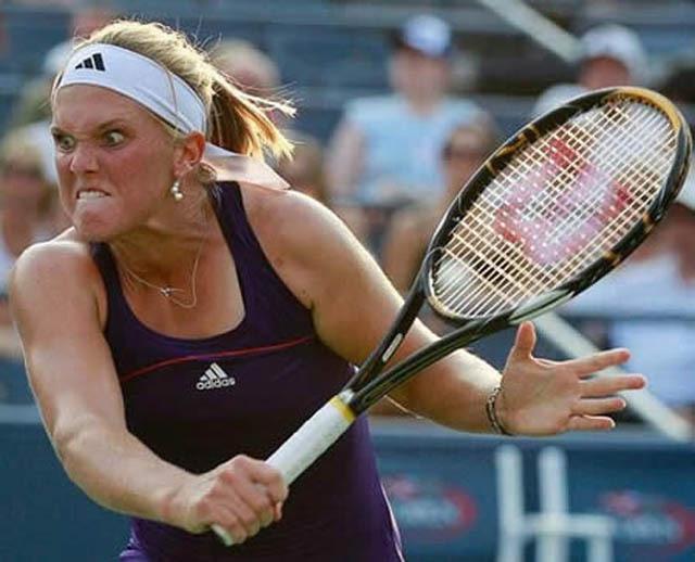Photo amusante d'une joueuse de tennis qui fait une tête effrayante en plein effort