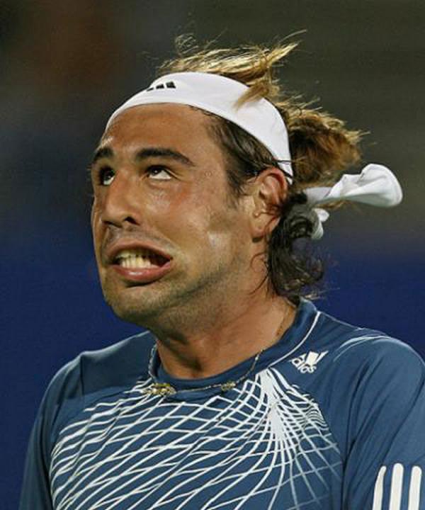 Le visage hilarant d'un joueur de tennis