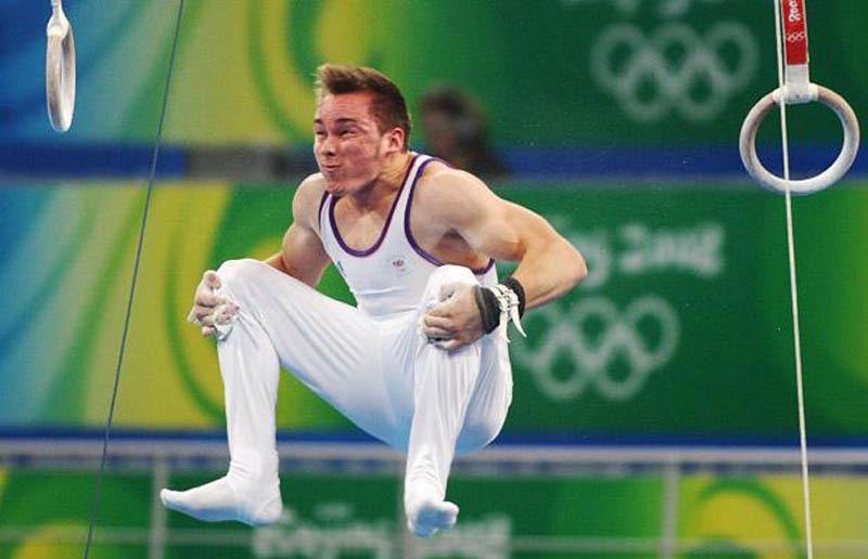 Concentration avant la réception aux anneaux en gymnastique