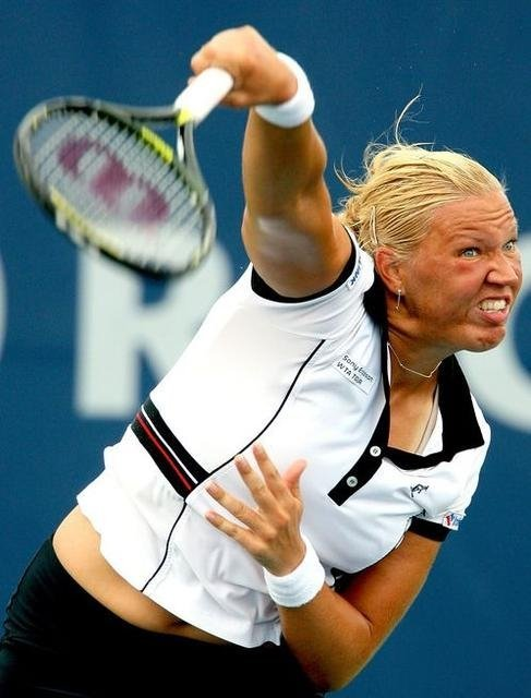 Photo hilarante lors d'un service au tennis
