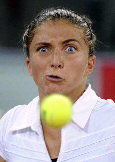 La peur amusante d'un joueuse de tennis