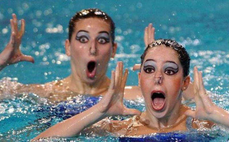 Visage drôle en natation synchronisée