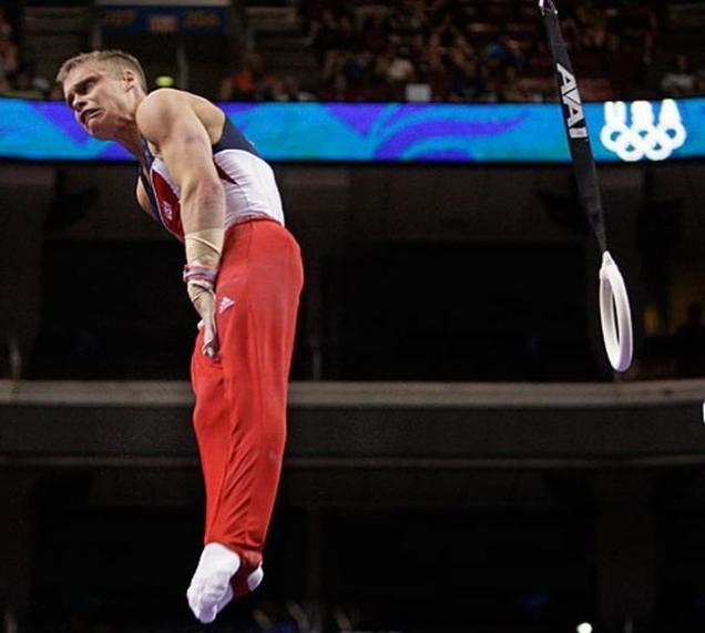Visage amusant de ce gymnaste pendant un saut