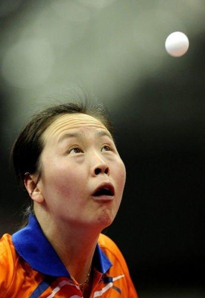 Visage amusant lors d'un match de ping pong