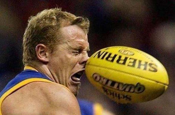 Réception du ballon de rugby en plein visage