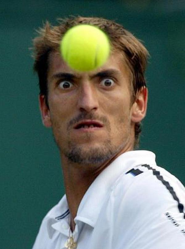 Un balle de tennis qui devrait arriver en pleine face