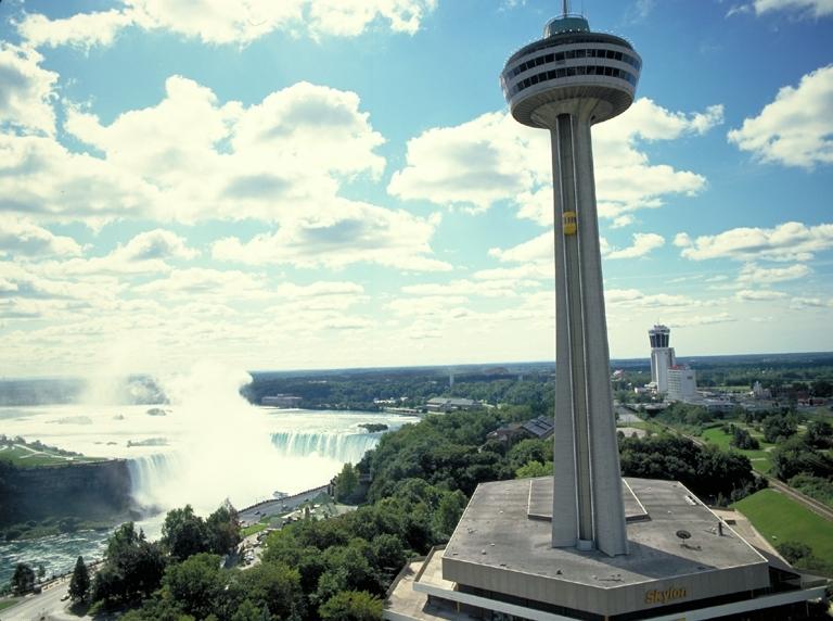 La tour Skylon à côté des chutes du Niagara