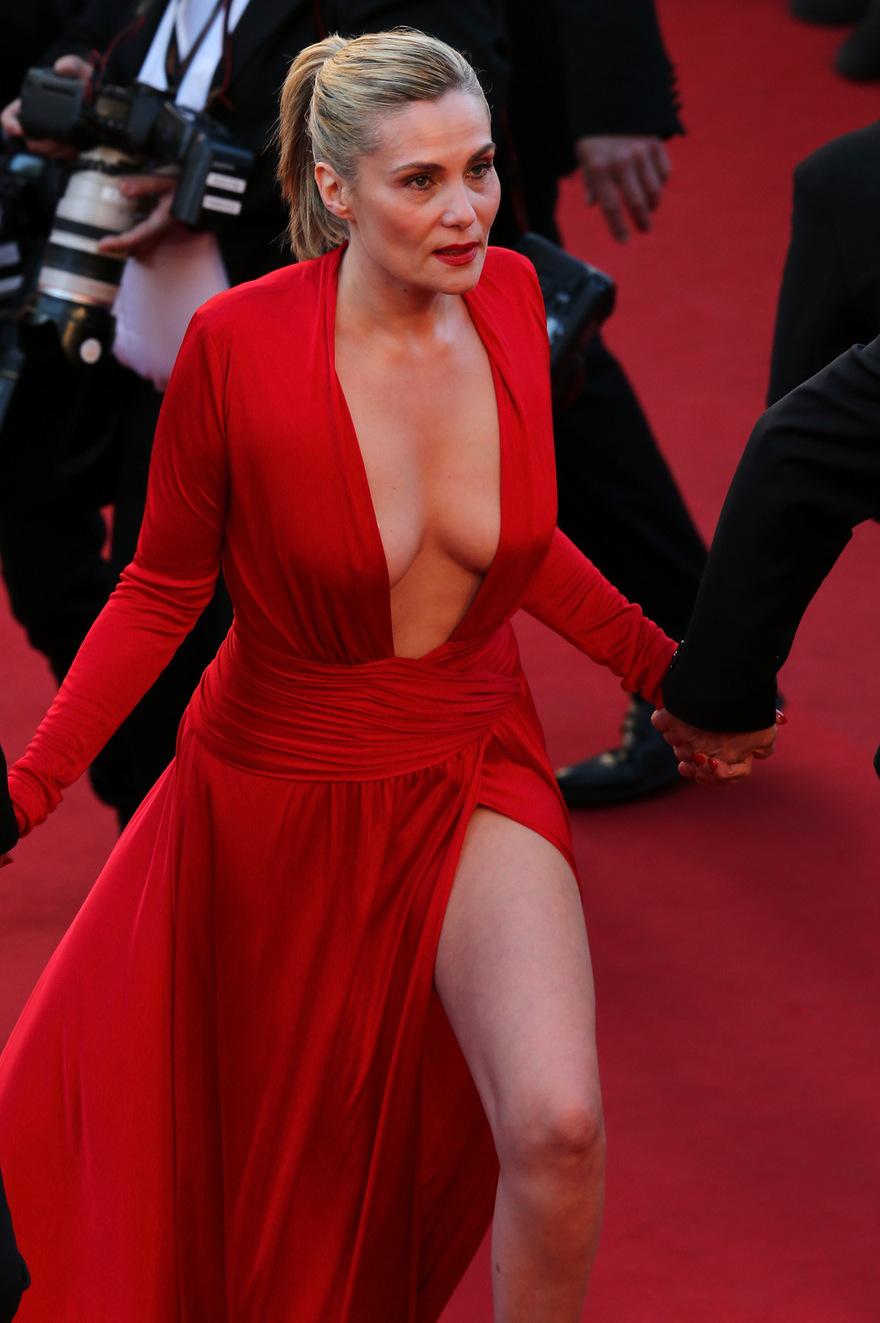 Le décolleté d'Emmanuelle Seigner à Cannes