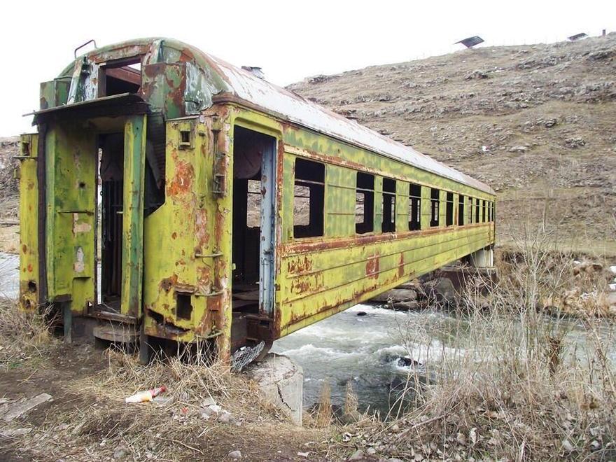 Pont créé avec un train abandonné