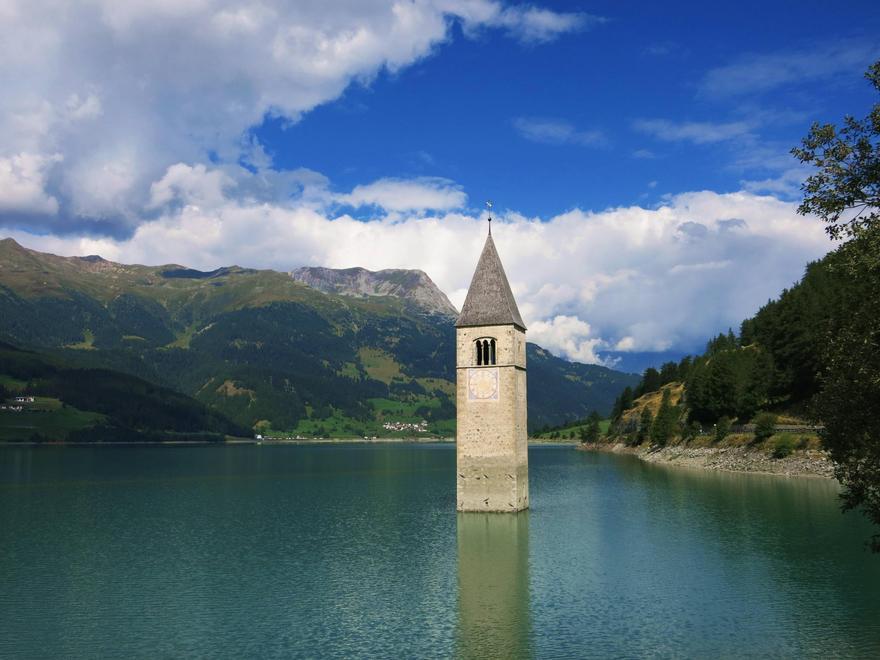 Une église envahit par l'eau à Lago Di Resia en Italie.