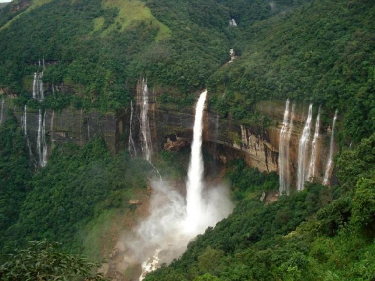 Les cascades de Nohkalikai en Inde