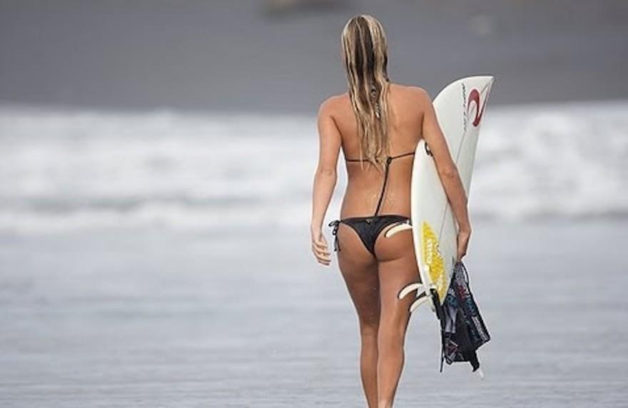 Les fesses de la surfeuse Alana Blanchard